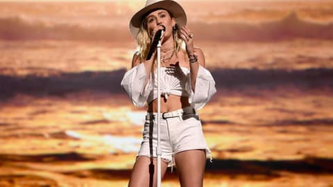 02-miley-cyrus-perform-malibu-bbma-billboard-1548 Selesai Digelar, Ini 5 Momen Paling Heboh dari Billboard Music Awards 2017