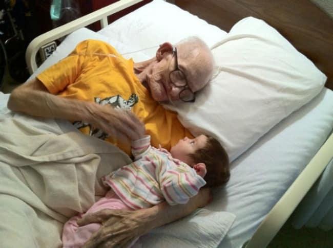 270055-y_2a34863c-650-44061ff61b-1484634026 18 Foto yang Bakal Meluluhkan Hatimu Ini Menunjukkan Indahnya Kasih Sayang