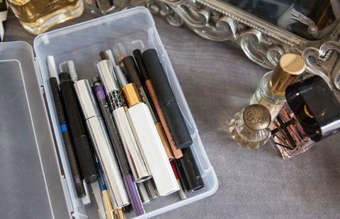 53a072fbdb9e8_-_cos-14-storagehacks-de Cuma dengan Manfaatin 17 Barang Lama Ini, Semua Perlengkapan Makeup Kamu Bisa Rapi Seketika