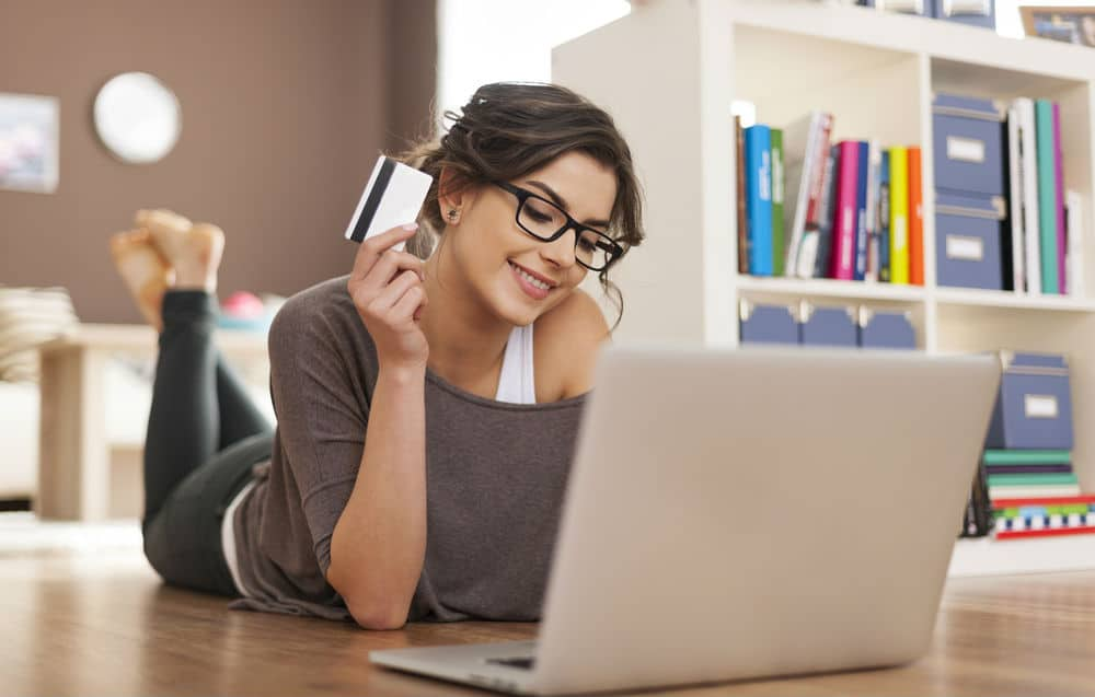 59ab5edca5a0c_women-online-shopping Kalau 14 Tanda Ini Ada di Kamu, Itu Artinya Kamu adalah Anak Milenial Sejati!