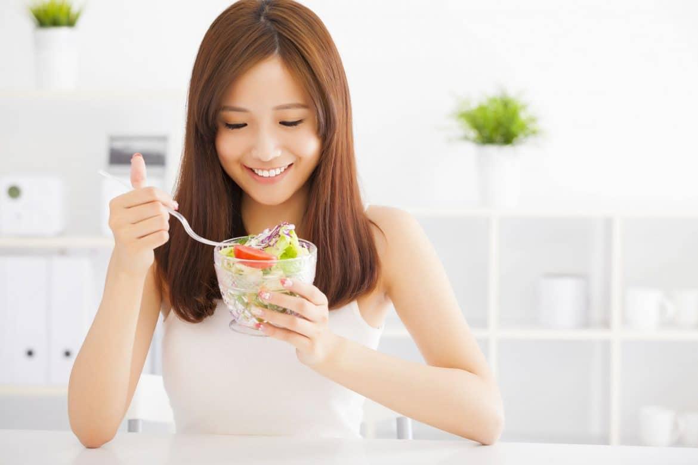 59c39afe8a35f_asian-young-woman-eating-healthy-food Cewek Pasti Suka Melakukan 7 Aktivitas Sederhana yang Ternyata Bisa Bikin Tubuh jadi Lebih Sehat
