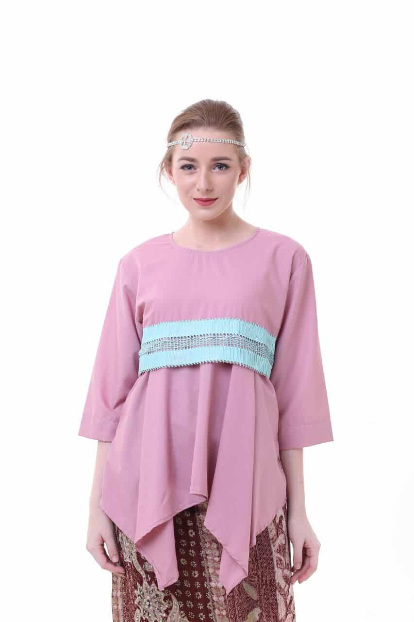 blouse_flaretna-lamia-blouse-pink_3875376_1_66349 Bosan Baju Lebaran Warna Putih? Coba 11 Blouse Berwarna Pastel di Bawah 250 Ribu Ini!