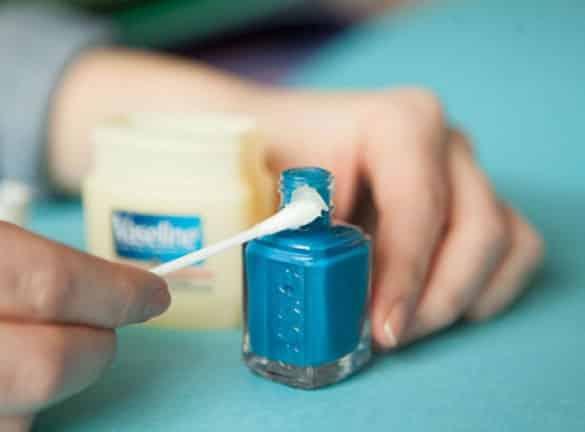blue-nail-polish-and-vaseline Sangat Bermanfaat, 13 Kegunaan Rahasia Vaseline untuk Peralatan Rumah Ini Perlu Kamu Tahu
