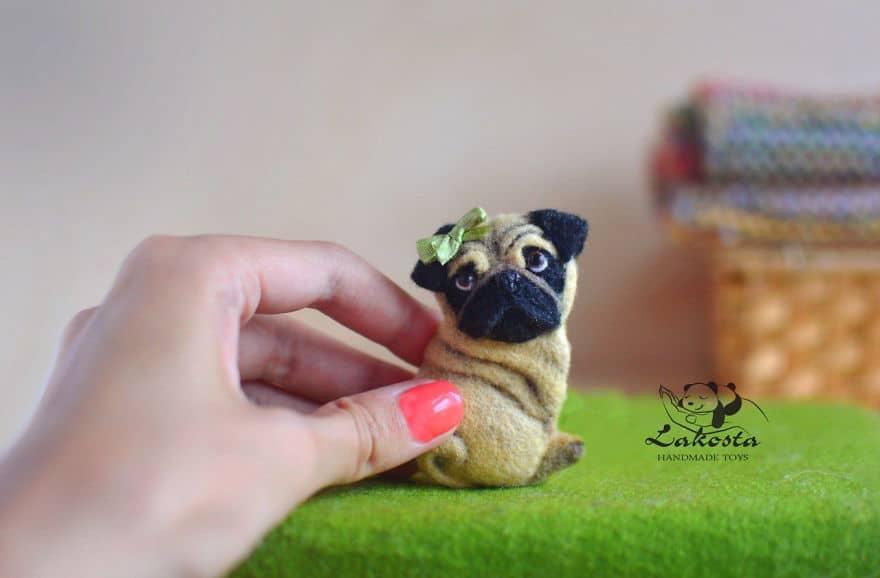 d44029d8642f3edf7ec1bb1c8bh0-ukrasheniya-brosh-mops-nyusha-59b2b2a43049a__880 Cute Banget, Kamu Pasti Gak Nyangka Kalau 18 Miniatur Hewan Ini Dibuat dari Kain Wol