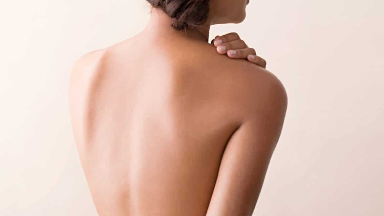 dry-skin-woman-rubbing-bare-shoulder-102881944_0_horiz Bahaya, Tubuhmu Bisa Alami 6 Masalah Ini Akibat Terlalu Lama Terkena AC