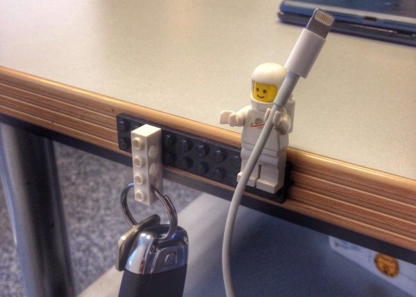 lego-key-iphone-cable-holder-e1463064008559 Kamar Terasa Sempit dan Sumpek? 10 Trik Menata Barang Ini Bisa Buat Kamarmu Lebih Luas dan Nyaman