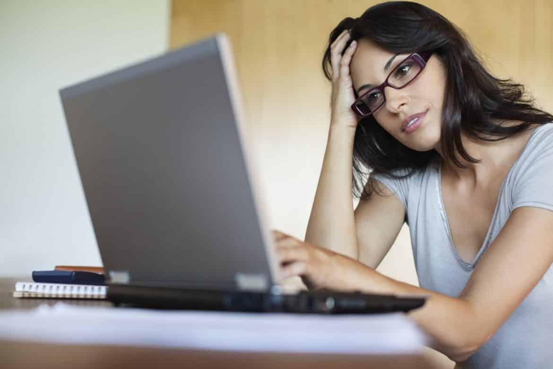 o-WOMAN-ON-COMPUTER-facebook Jangan Salah! Ada 5 Trik Khusus supaya Kamu Sukses Mengadapi Video Interview Kerja
