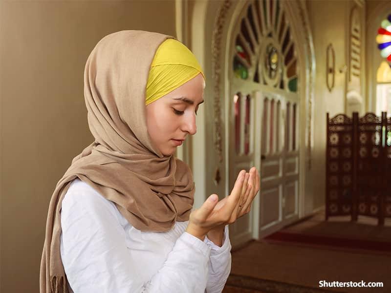 peoplemuslimwomanprayingmosquejpg Meski Sedang Berhalangan Puasa, Kamu tetap Bisa Berburu Pahala dengan 6 Cara Ini