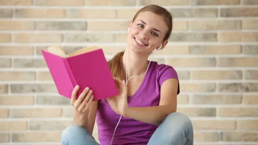 using-the-earphones Belajar Gak Pake Ngantuk dengan 4 Cara Kreatif yang Bisa Bikin Kamu Makin Semangat Ini