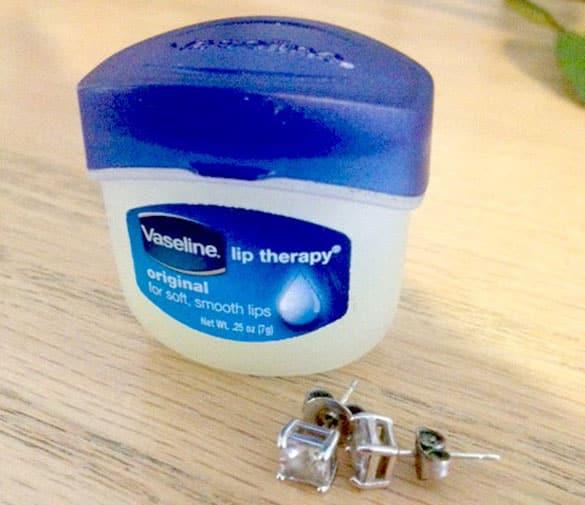 vaseline-and-earrings Sangat Bermanfaat, 13 Kegunaan Rahasia Vaseline untuk Peralatan Rumah Ini Perlu Kamu Tahu