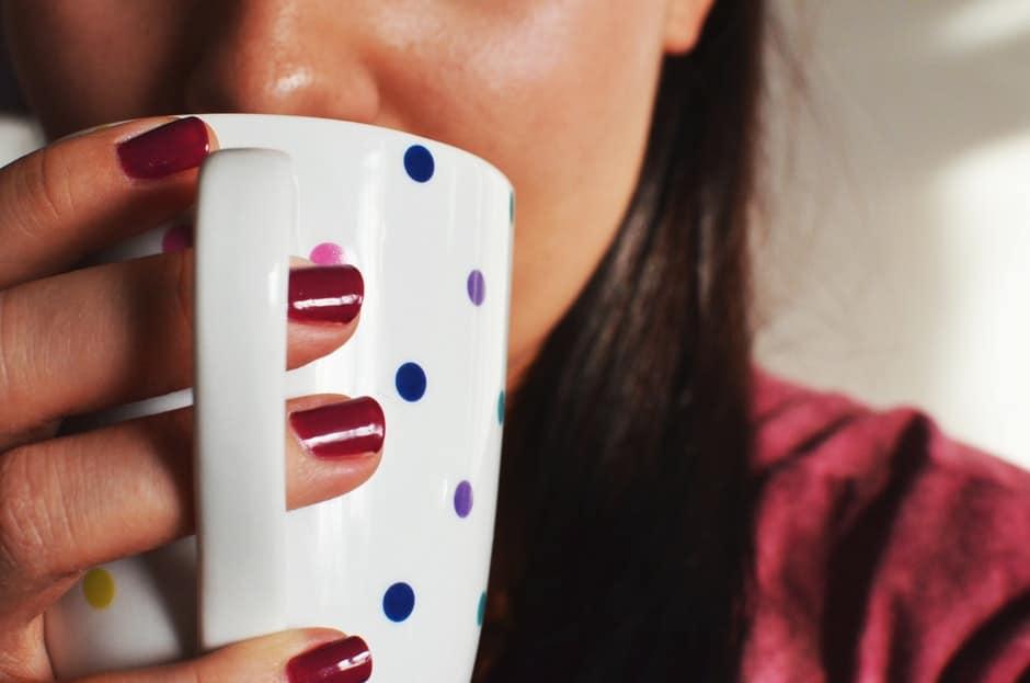 woman-coffee-cup-mug Jangan Melakukan 7 Kebiasaan Malam Ini Kalau Gak Mau Berat Badanmu Gampang Naik