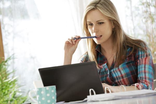 woman-computer-thinking_sveb8c Kalau Mau Jadi Blogger Sukses, Hindari 7 Kesalahan Ini!