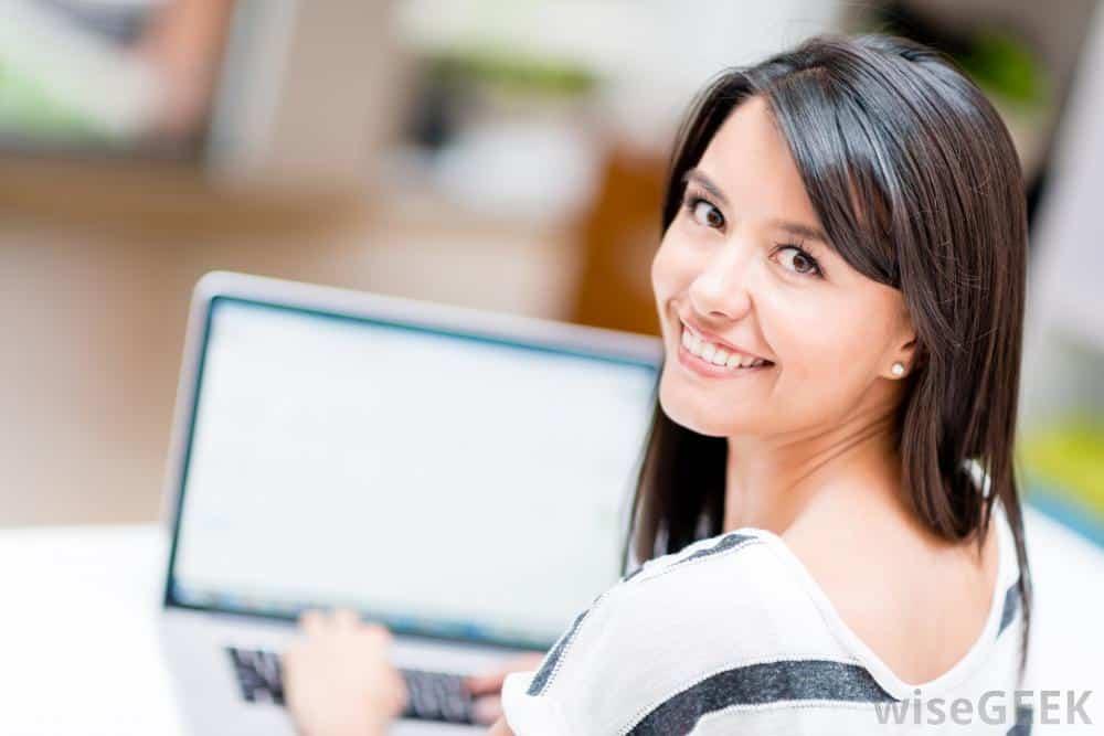 woman-looking-over-shoulder-at-computer Lagi Ujian? Coba 5 Tips yang Dijamin Bikin Pelajaran Lebih Mudah Diingat