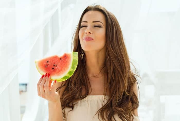 women-eating-watermelon Mengapa 7 Jenis Buah-Buahan Ini Sebaiknya Tidak Disimpan Dalam Kulkas? Cari Tahu di Sini!